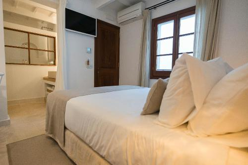 Superior Double Room S'Hotelet d'es Born - Suites & SPA 4