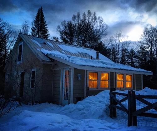 Cozy House on 9 acres with a Pond - Hotel - Bethel