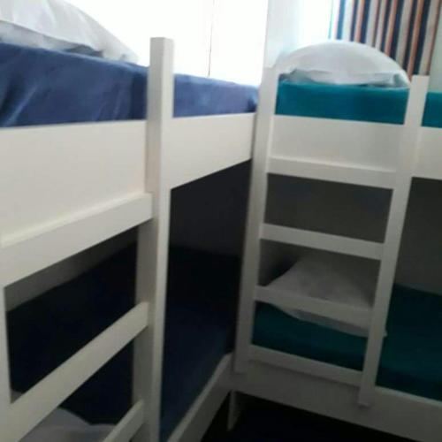 Stapelbed in Gemengde Slaapzaal met Gedeelde Badkamer (Bunk Bed in Mixed Dormitory with Shared Bathroom)