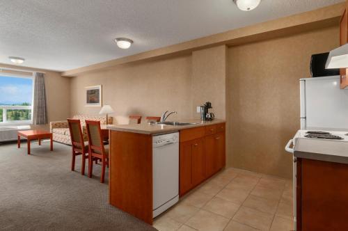 Days Inn & Suites by Wyndham Cochrane - Cochrane, AB T4C 1M1