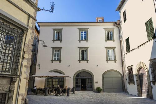 Piazza del Palazzo Dipinto, 27 55100 Lucca, Italy.