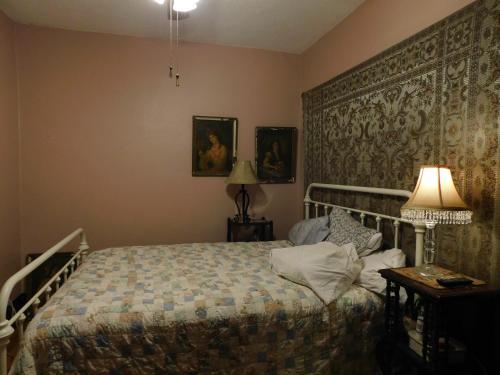 Bizzaro Apartment - Minneapolis, MN 55413