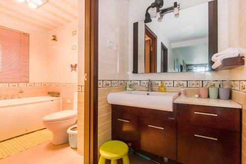Joy City Deluxe Two-bedroom Apartment photo 11