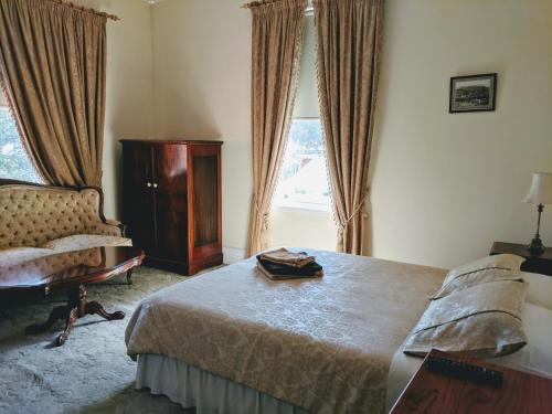 Deluxe Queen Room with Private Bathroom A