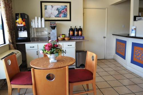 Vagabond Inn Fresno - Fresno, CA CA 93706