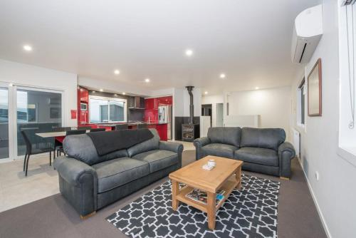 Stratton Summit 4- Modern, sophisticated style with lake and mountain views - Accommodation - Jindabyne