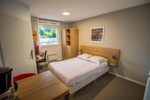 appart hotel reims champ de mars h tel 17 rue du champ. Black Bedroom Furniture Sets. Home Design Ideas
