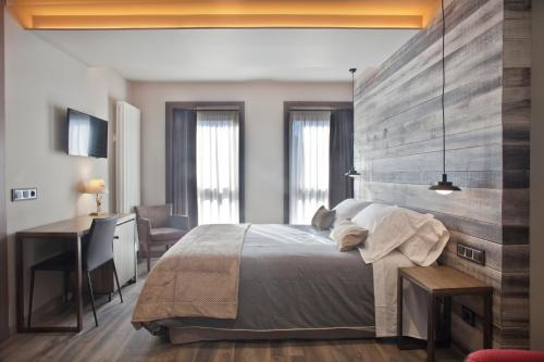 Double or Twin Room Hotel La Neu 8
