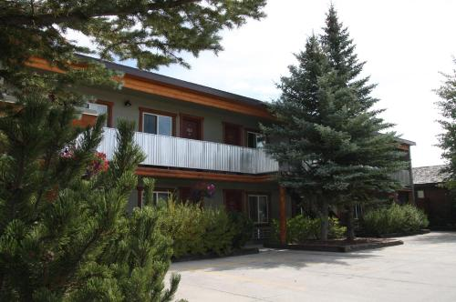 Moose Creek Inn - West Yellowstone, MT 59758