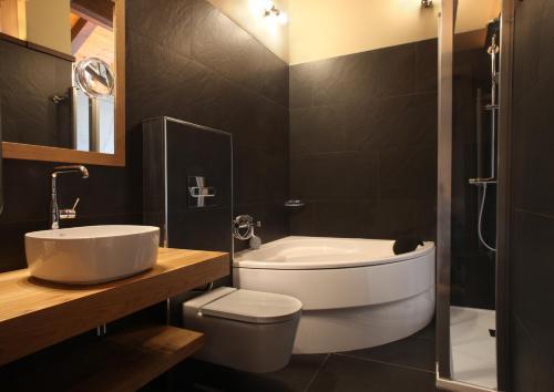 Suite con bañera de hidromasaje y cama grande Hotel La Neu 2