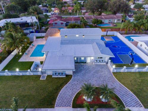Large Estate Pool Home W Bskt Ball Court