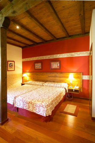 Double or Twin Room with Extra Bed Hotel Real Monasterio de San Zoilo 10