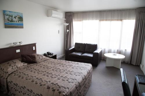1 Queen Bed and 1 Single Bed/NonSmoking/ Interior Corridor/Ground Floor/Mini Bar
