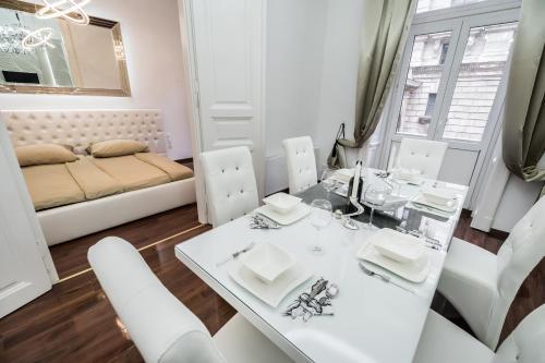 Opera Balkony Luxury Apartment photo 12