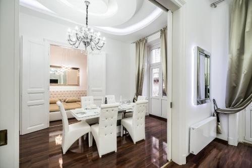 Opera Balkony Luxury Apartment photo 16