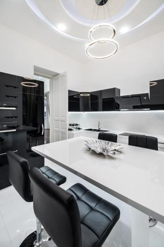 Opera Balkony Luxury Apartment photo 21