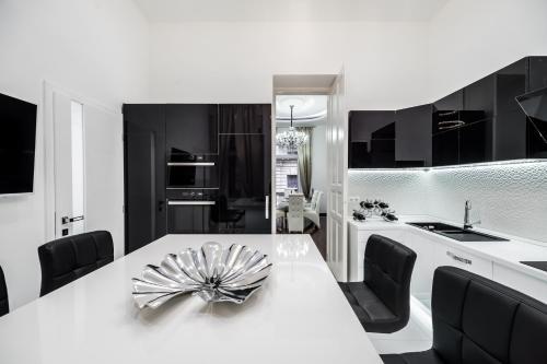 Opera Balkony Luxury Apartment photo 23