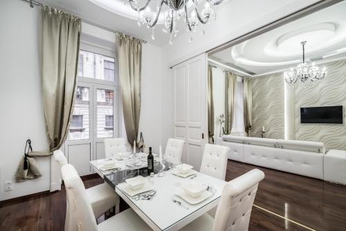 Opera Balkony Luxury Apartment photo 28