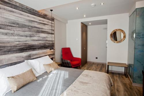 Double or Twin Room Hotel La Neu 7