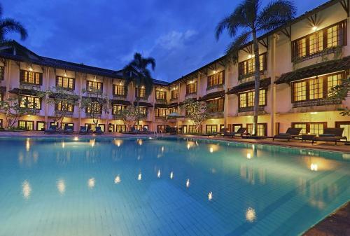 Prime plaza hotel jogjakarta yogyakarta for Jogja plaza hotel swimming pool