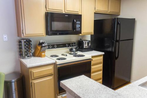 Costa Mesa Apt | Cal King | 100mbps Wifi | Parking | Pool - Costa Mesa, CA 92626