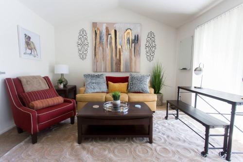 Lux Apt | King Bed | Fast Wifi | Pool | Parking - Costa Mesa, CA 92626