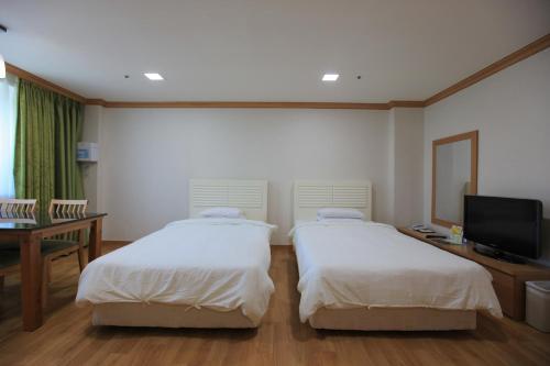 Special Offer - Standard Studio (2 Adults) - Tower Condominium