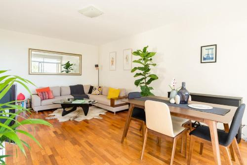 Bright and spacious apartment near Bronte beach