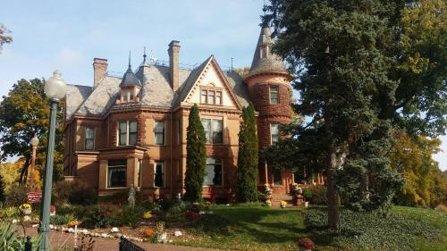Henderson Castle Inn