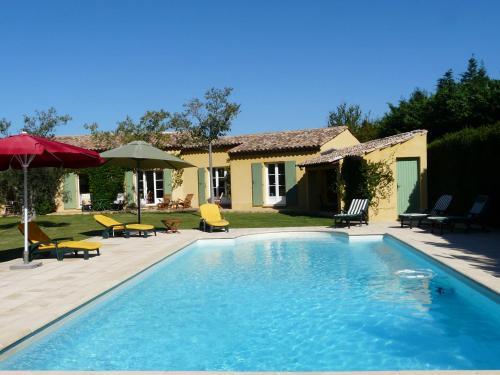 Agréable villa familiale avec piscine chauffée, grand jardin, située proche du centre du village de Mouriès au coeur des Alpilles, 10 personnes, LS1-140 Baguie Roso - Location saisonnière - Mouriès