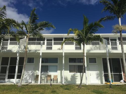 Captain's Table Resort - Ochopee, FL 34139