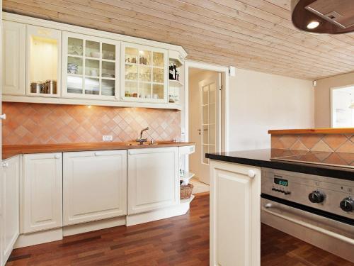 Holiday Home Poppelvej III in Bøtø By