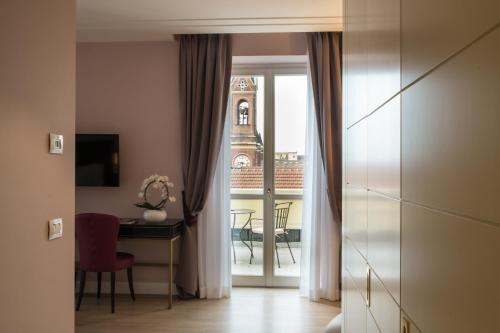 Via Paolo Sacchi 8, 10128 Turin, Piedmont, Italy.