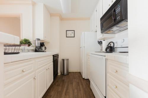 Groovy 2-Bedroom Condo with Terrace - Marina del Rey, CA 90292