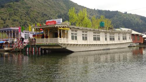 Shiraz Deluxe Houseboat