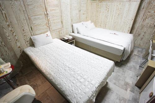 Louis Hotel room photos