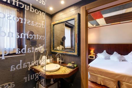 Standard Double or Twin Room Hotel La Casueña 7