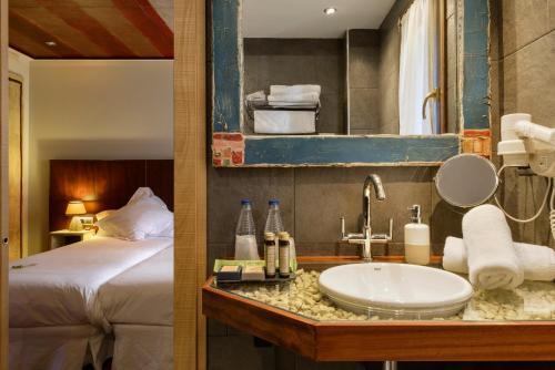 Standard Double or Twin Room Hotel La Casueña 2