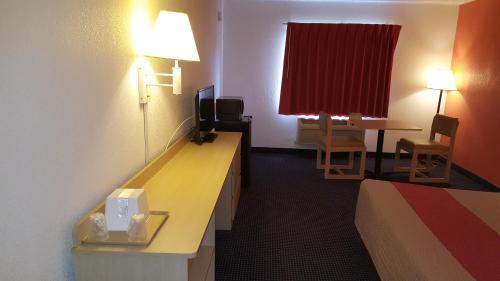 Red Carpet Inn - Gibbstown, NJ 08027