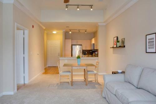 . Southend 1 BR Apt with Parking by Frontdesk