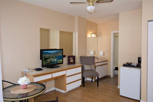 Crown Resort Motel - Photo 2 of 54