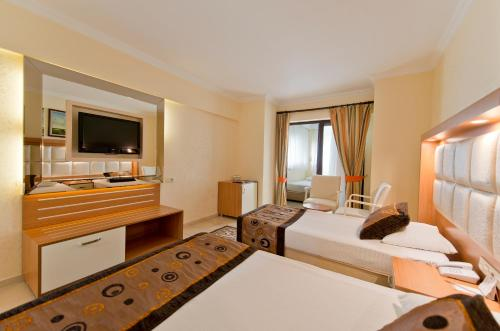 Quarto Familiar ( 3 Adultos + 1 Criança) (Family Room (3 Adults + 1 Child))