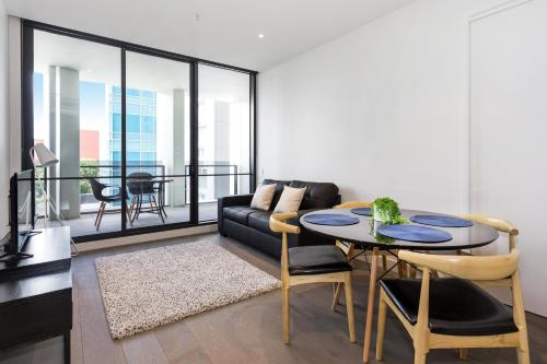 Designer living 2BD with rooftop deck in CBD