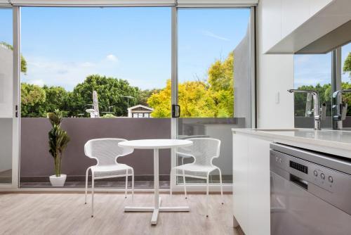 Bondi Beach Studio King Suite + Balcony - image 3