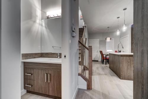 Three-Bedroom House with Walk-in Closet #29 Sunalta Downtown - Calgary, AB T3C 1C1