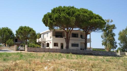 . Seafront apartment in Kartela Kyparisias