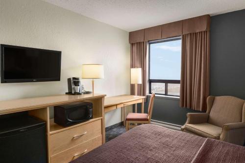 Travelodge by Wyndham Edmonton West - Edmonton, AB T5S 1A7