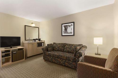 Travelodge Suites By Wyndham Halifax Dartmouth - Dartmouth, NS B2Y 3Y2