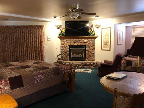 Giant Oaks Lodge - Accommodation - Running Springs