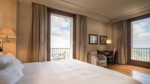 Family Room (2 Adults + 2 Children) Gran Hotel La Florida G.L Monumento 1